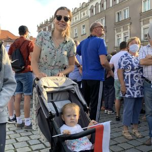 Justyna tillsammans med sin lilla dotter som sitter i barnvagn.