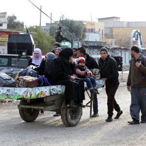 En irakisk familj på flykt undan striderna i Mosul 8.1.2017