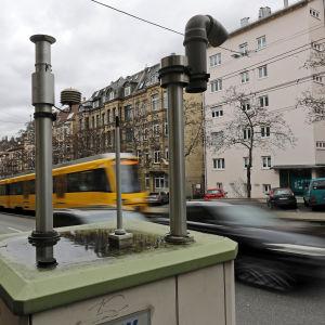 En station som mäter luftkvaliteten invid en väg i centrum av Stuttgart, Tyskland.