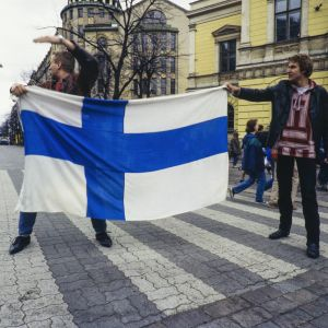 Suomen maailmanmestaruutta juhlivaa yleisöä kadulla seuraamassa Suomen jääkiekkomaajoukkueen juhlakulkuetta