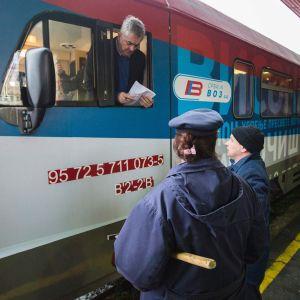 Ett tåg med serbiska nationalistiska slagord är klart att lämna stationen i Belgrad.
