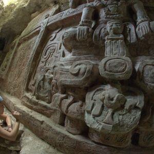 Arkitekt studerar fris från mayakulturen i Petén.