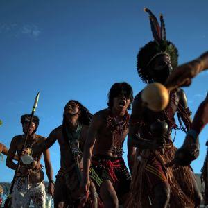 Invånare från Brasiliens ursprungsbefolkning som demonstrerar.