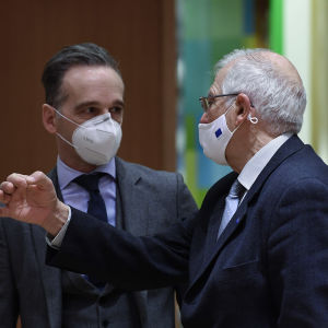 Tysklands utrikesminister Heiko Maas diskuterar med EU:s höga utrikespolitiska representant Josep Borrell.