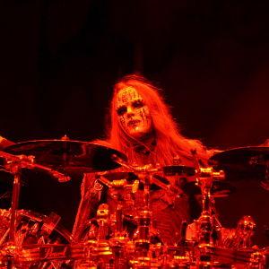 Joey Jordison spelar trummor i mask.