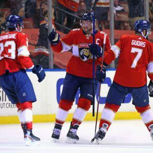 Aleksander Barkov firar mål med lagkamrater.