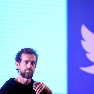 Jack Dorsey taustallaan Twitterin logo
