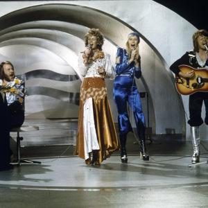 Ruotsalaisyhtye ABBA esittää voittavan kappaleensa Waterloon vuoden 1974 Euroviisuissa.