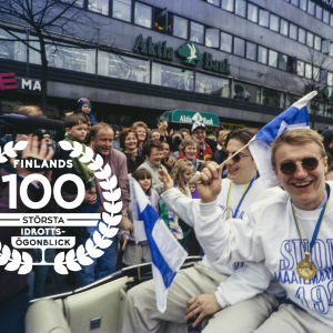 Guldfest i Helsingfors efter ishockey-VM 1995, med logo för Finlands 100 största idrottsögonblick.