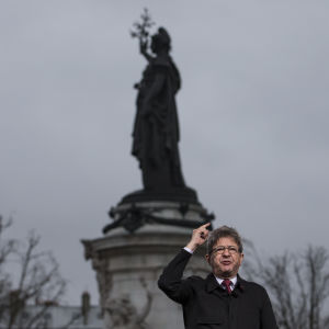 Vänsterkandidaten Jean-Luc Mélenchon talar vid Place de la République i Paris den 18 mars 2017.