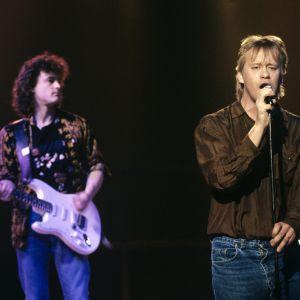 """Eppu Normaali -yhtyeen kitaristi Juha Torvinen ja laulusolisti, sanoittaja Martti Syrjä """"Citus, altius, rock 'n' roll -ohjelman kuvauksissa vuonna 1990."""