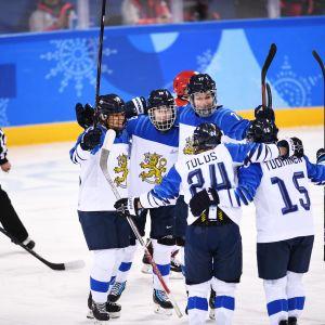 Suomen naisten jääkiekkomaajoukkue juhlii maalia olympialaisissa 2018.