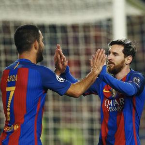 Arda Turan gjorde tre mål och Lionel Messi ett när Barcelona slog Borussia Mönchengladbach med 4-0.