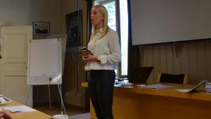 Sandra Bergqvist pratar.