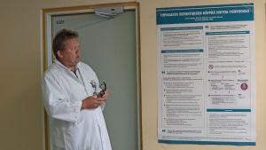 en manlig läkare som står och berättar om avvänjning av tobak i Borgå sjukhus
