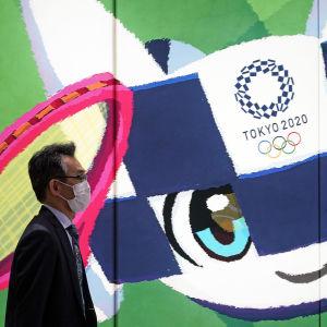 Arrangörerna för sommar-OS i Tokyo har kört igång en aggressiv kampanj för att få en majoritet av japanerna som motsätter sig spelen, att tänka om.
