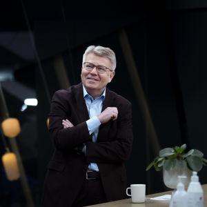 Jyri Härkämies fotograferad medan han tittar åt sidan.