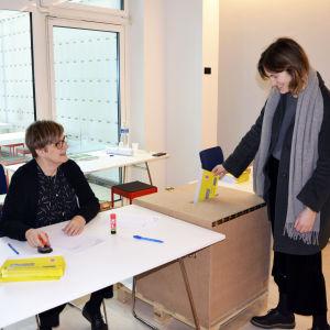 Vaalivirkailija valvoo äänestystilannetta.