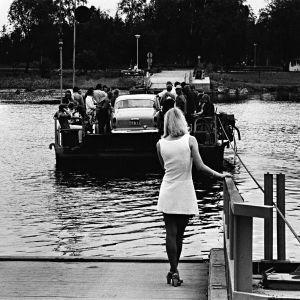Valkopukuinen nainen odottaa pääsyä lossilla Kirjurinluodon juhliin vuonna 1967. Kirjasta Pori Jazz 50 vuotta – kuvitettu klassikko.
