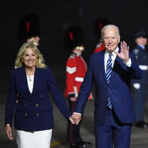Joe Biden håller sin fru Jills hand och vinkar till fotografer.