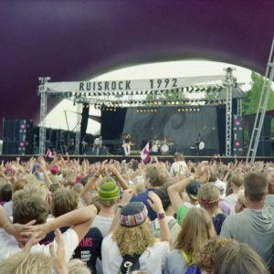 Festivaaliyleisöä Ruisrockissa 1992. Bryan Adams yhtyeineen esiintyy.