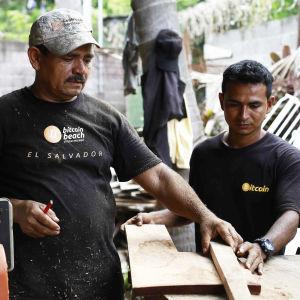 Bitcoin-projektin työntekijät työskentelevät rannalla El Salvadorissa.