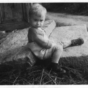 Jussi Huttunen, pieni poika, kivirappuset