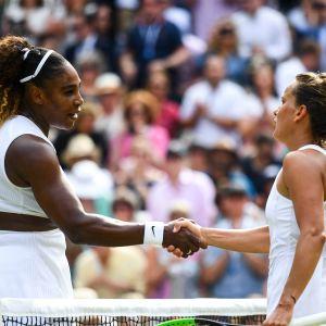 Serena Williams tackar Barbora Strycova efter en timmes spel.
