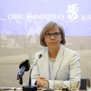Anna-Maja Henriksson sitter ner på presskonferensen.