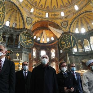 Turkin presidentti seurueineen moskeijassa