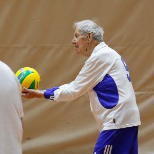 Hundraåriga Jaakko Estola spelar volleyboll.