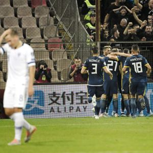 Bosniska spelare firar mål.