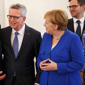 Tysklands president Frank-Walter Steinmeier (till vänster) i samtal med förbundskansler Angela Merkel och inrikesminister Thomas de Maiziere (i mitten)