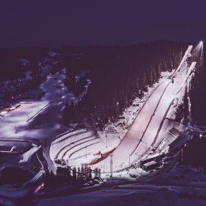 Vy över skidstadion i Trondheim kvällstid