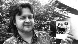 Rainer Koski och ett foto av Nirvana.