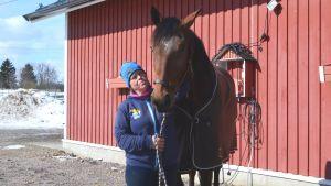 Bild på trav hästen Qashqai och tränaren MInna Malmström.