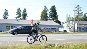 En cyklist cyklar på en riksväg.