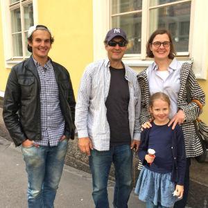 Taiteilija Osmo Rauhala perheineen