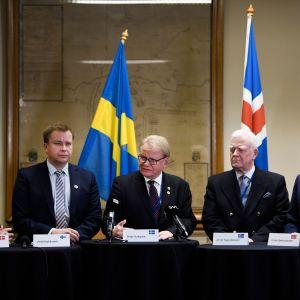 Fem försvarsministrar på rad vid ett podium: Danmarsk Trine Bramsen, Finlands Antti Kaikkonen, Sveriges Peter Hultqvist, Islands Arnór Sigurjónsson och Norges Frank Bakke-Jensen.