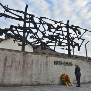 En arkivbild på minnesmärket i koncentrationslägret i Dachau, från september 2013, då förbundskansler Angela Merkel besökte Dachau.