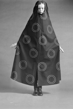 Nainen esittelee kaapumaista pukua 1960-luvun lopulla