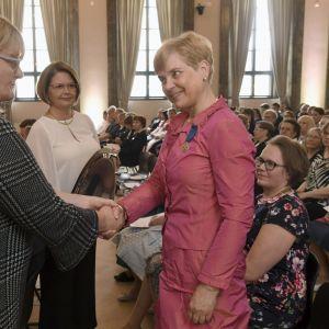 Pirjo Hartikainen får medalj på mors dag.