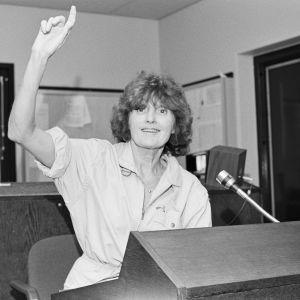 Ohjaaja Rauni Ranta antaa merkkejä radiostudiossa vuonna 1984.