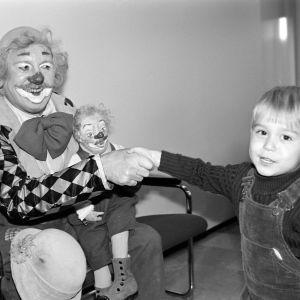 Pieni poika onnittelee Pelle Hermannia Lastenkulttuurin Lapikkaat -palkinnosta vuonna 1981