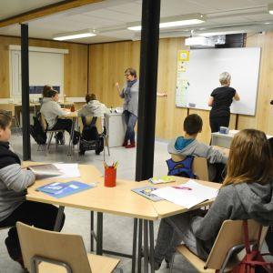 Ett klassrum i Vårberga skolas baracker.