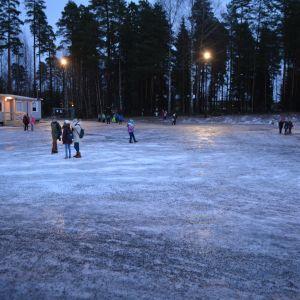 Vårberga skolas hala skolgård.