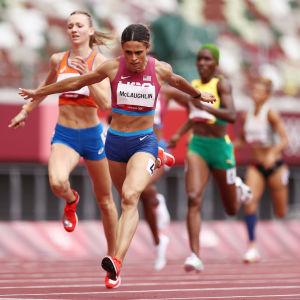 Sydney McLaughlin juoksee 400 metrin aitajuoksun maailmanennätyksen.