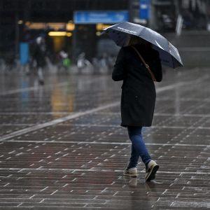 Jalankulkijoita sateessa Helsingin keskustassa.