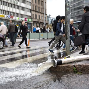 Räddningspersonalen pumpar ut vatten ur Järnvägsstationens metrostation.