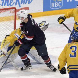 Matthew Tkacuk kämpar mot ett antal svenska spelare.